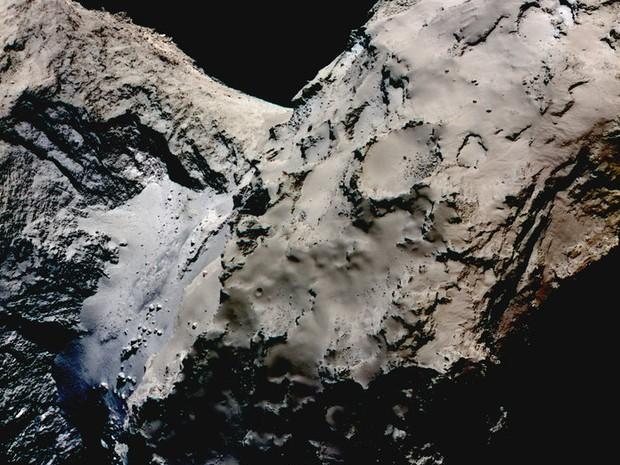 Imagem mais azulada do cometa 67P mostra possível concentração de gelo (Foto: ESA/Rosetta/MPS for OSIRIS Team MPS/UPD/LAM/IAA/SSO/INTA/UPM/DASP/IDA)