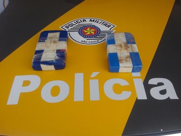 Droga apreendida peloa policiais durante revista (Foto: Digulgação/ Tático Ostensivo Rodoviário)