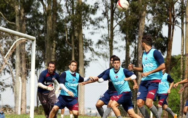 Ito Roque reforça treinos de bola parada na Ferroviária (Foto: Leonardo Fermiano / Assessoria Ferroviária)