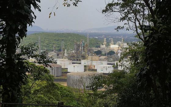 Refinaria em Cubatão. As indústrias estão incorporando os recursos naturais à sua contabilidade (Foto: Enio Prado - Wikimedia Commons)