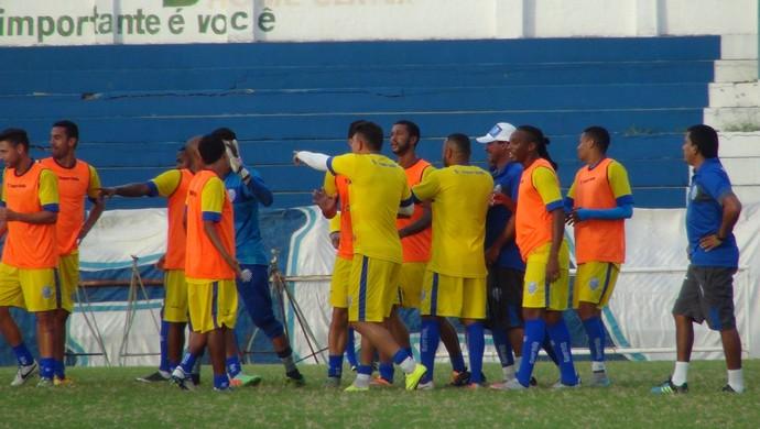 CSA encerrou os trabalhos com treino recreativo na tarde desta terça (Foto: Denison Roma / GloboEsporte.com)