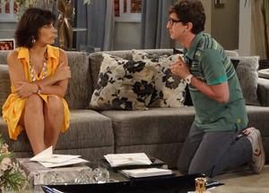 Momentos antes da briga, Kiko havia implorado pelo perdão de Roberta (Foto: Guerra dos Sexos / TV Globo)