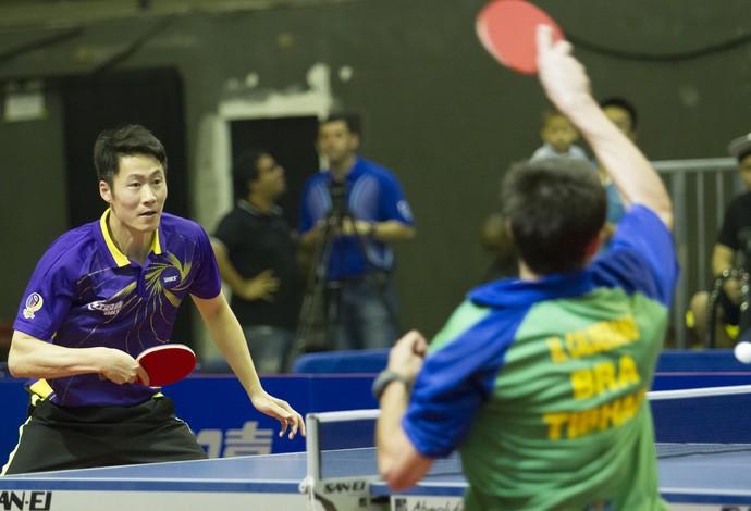 Hugo Calderano x Wang Liqin - desafio internacional tênis de mesa (Foto: Divulgação/CBTM)