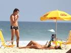 Débora Nascimento e José Loreto namoram na praia