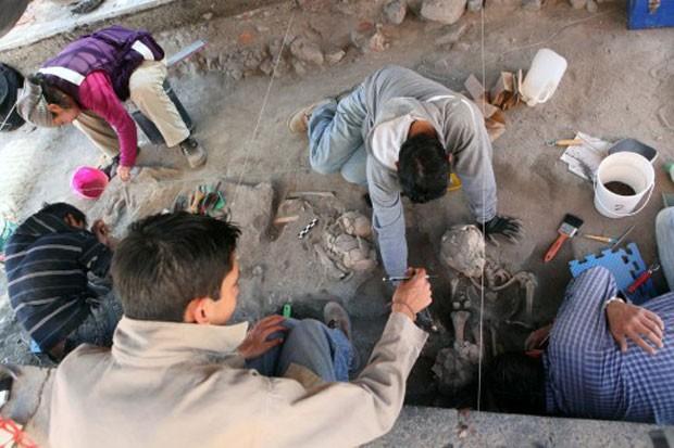 Imagem divulgada em 19 de fevereiro mostra restos mortais de civilização pré-hispânica que viveu no México há 800 anos (Foto: José Castañares/AFP)