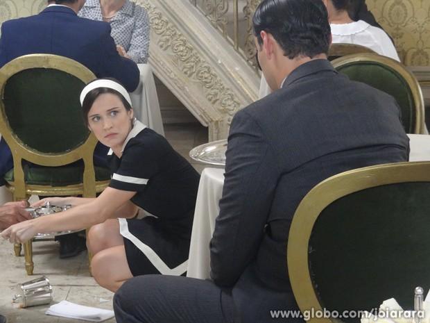 Pavor! Nem no seu primeiro dia de trabalho na casa de chá, Amélia consegue se livrar de Franz (Foto: Joia Rara/TV Globo)
