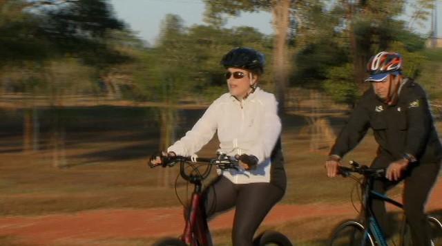 A presidente Dilma Rousseff anda de bicicleta em Brasília acompanhada de seguranças