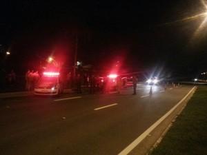 Mulher morre após cair de carro em movimento na zona norte de São José (Foto: Peterson Grecco/TV Vanguarda)