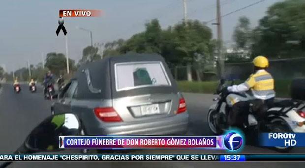 Cortejo fúnebre de Roberto Bolaños foi aplaudido pelas ruas da Cidade do México neste sábado (Foto: Reprodução/Foro TV)