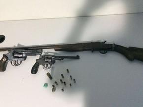 Policiais apreenderam pistola, revólveres e munições com suspeitos, em Goianésia, Goiás (Foto: Divulgação/Polícia Civil)