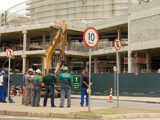 Homem fica ferido após caminhão tombar nas obras do Shopping Iguatemi (Foto: Reprodução EPTV)
