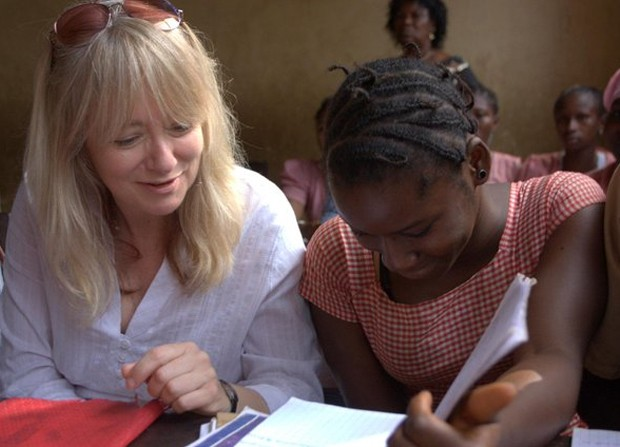 Jo Bourne visita escola em Conacri, capital da Guiné  (Foto: Reprodução/UNICEF)