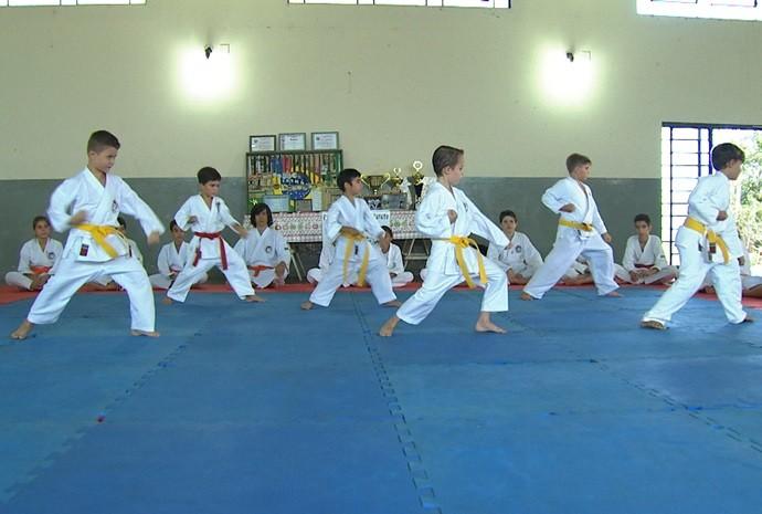 Crianças e jovens se reúnem nas aulas de karatê (Foto: Reprodução / TV TEM)