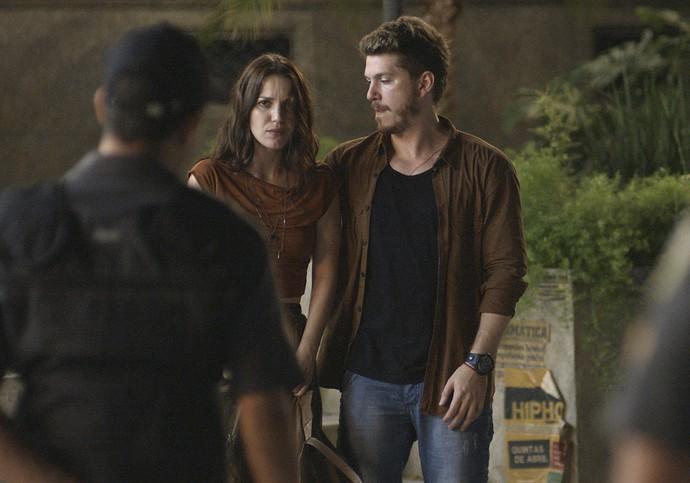Júlia e Alex são abordados por policiais (Foto: TV Globo)