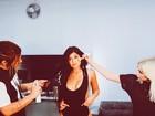 Irmã caçula de Kim Kardashian exibe curvas com maiô cavado e decotado