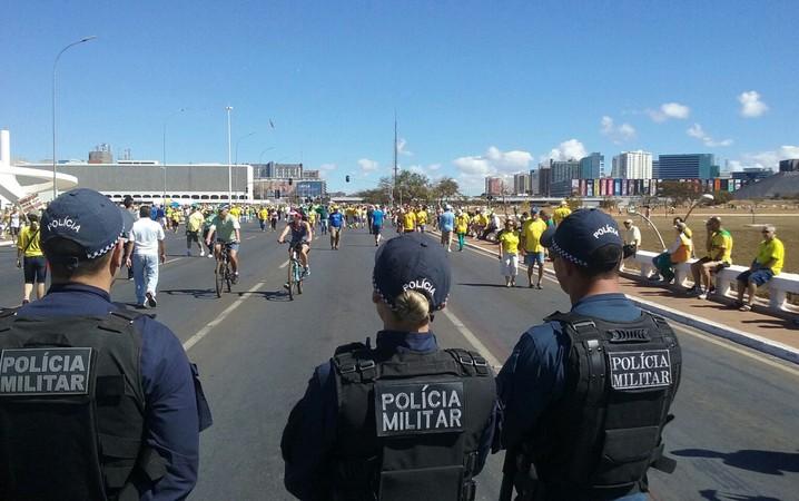 Policiais militares acompanham a chegada dos manifestantes à Esplanada dos Ministérios.