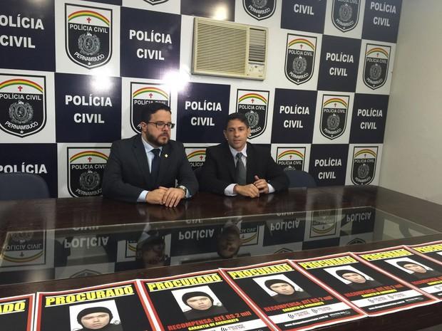 O delegado Julio Porto e o coordenador do Disque-Denúncia Agreste, Alexandre César passaram informações durante uma coletiva de imprensa (Foto: Divulgação/Disque-Denúncia)