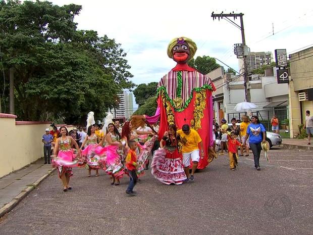 Foliões seguiram da praça Santos Dumont até a praça da Mandioca (Foto: Reprodução/ TVCA)
