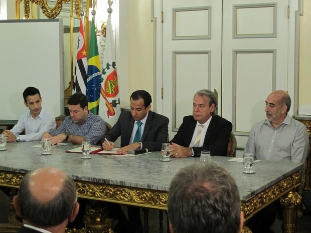 Prefeito de Santos assina decretos que beneficiam guardas municipais (Foto: Jéssica Bitencourt / G1)