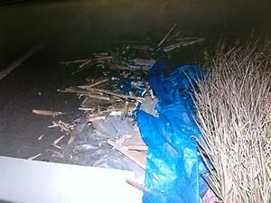 Materiais transportados em uma carretinha ficaram espalhados (Foto: Reprodução / Inter TV )