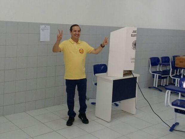 """ARACAJU (SE): """"O povo abraçou a proposta da renovação. A todos meu muito obrigado pelo abraço, pelo carinho demonstrado durante a campanha"""", disse o candidato Valadares Filho (PSB).  (Foto: Felipe de Pádua/TV Sergipe)"""