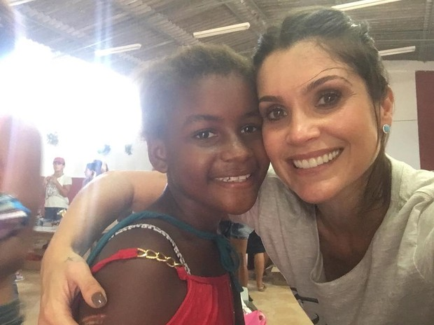 Flávia Alessandra distribui kits escolares no Jardim Gramacho, no Rio (Foto: Reprodução/Instagram)