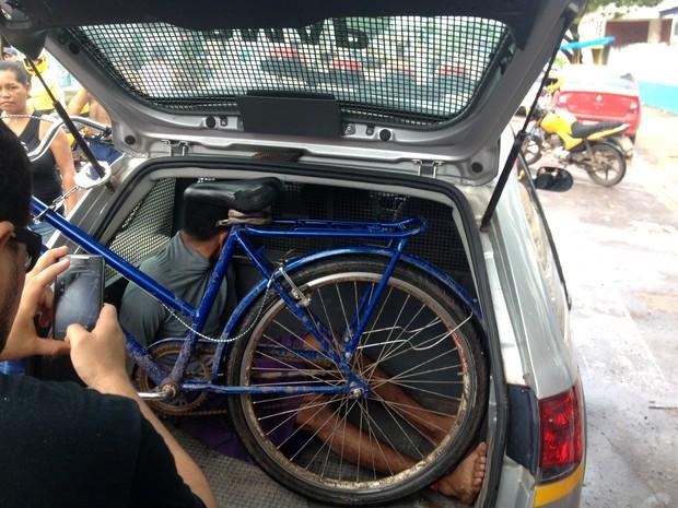 Suspeitos teria roubado bicicleta e celular de adolescente (Foto: Abinoan Santiago/G1)