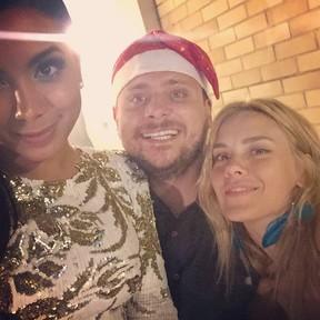 Anitta com o produtor Leo Fuchs e com Carolina Dieckmann em festa no Rio (Foto: Instagram/ Reprodução)