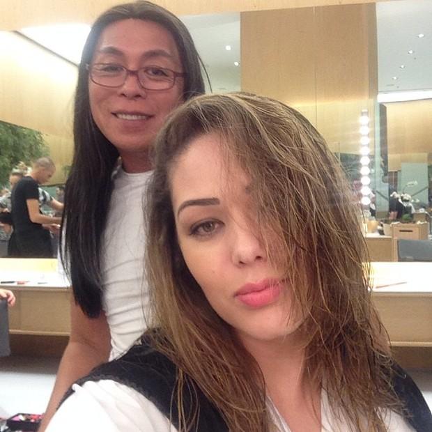 Tania Matarazzo pintando o cabelo (Foto: Instagram / Reprodução)