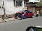 Carro bate e derruba poste em Barra Mansa, RJ