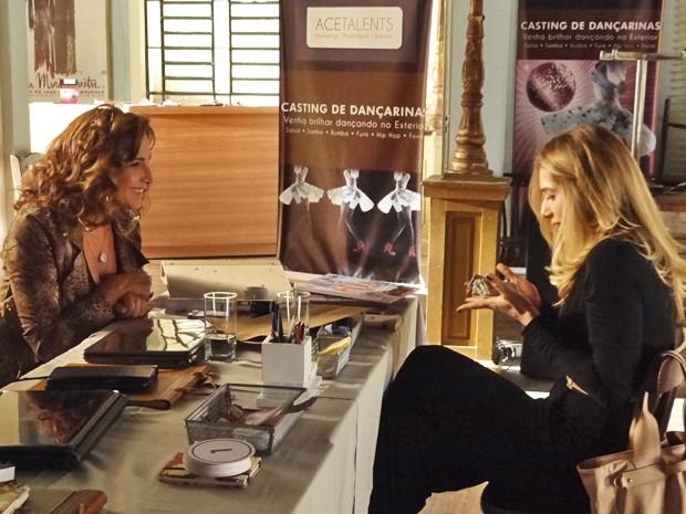 Antonia fica animada com dinheiro 'vivo' na mão (Foto: Salve Jorge/TV Globo)