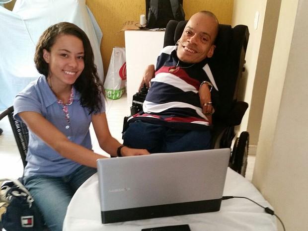O brasiliense Alexandre Abade, que tem 'ossos de vidro', e amiga (Foto: Alexandre Abade/Arquivo Pessoal)