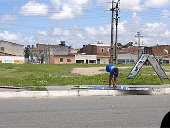 Crianças aparecem segurando placas de candidatos no Recife  (Foto: Rodrigo Coutinho / Acervo Pessoal)