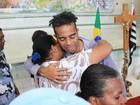 Família recebe carinho de fãs no segundo dia de velório de Jair Rodrigues