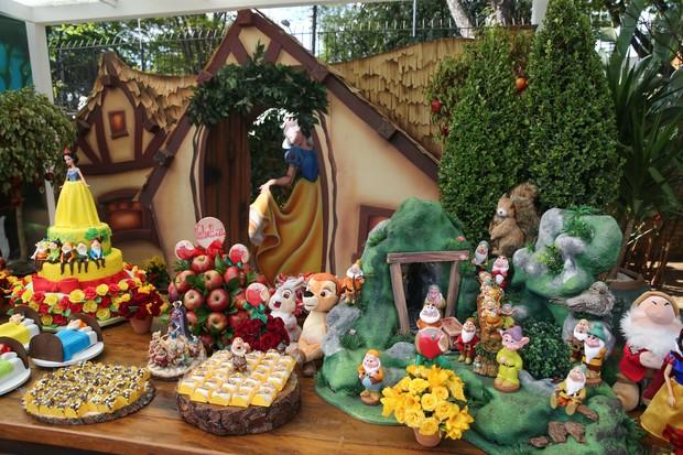 Decoração de Branca de Neve e Sete Anões no Aniversário e batizado da Filha do Ceará e Mirella (Foto: Manuela Scarpa/Photo Rio News)