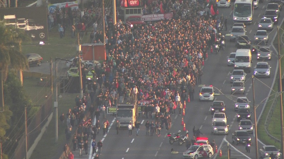 Manifestantes protestam na Via Anchieta nesta terça (Foto: Reprodução/TVGlobo)