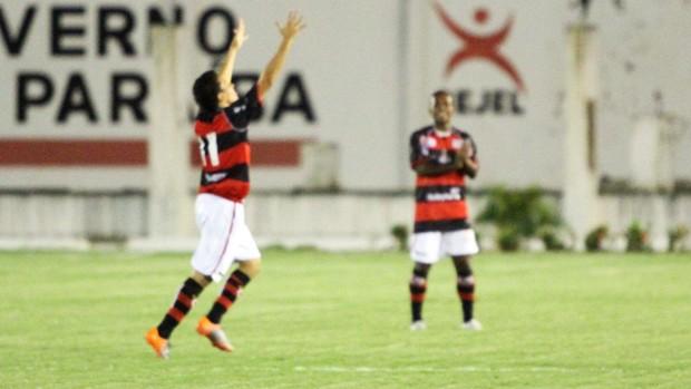 Potita comemora o gol contra o Paraíba (Foto: Magnus Menezes / Jornal da Paraíba)