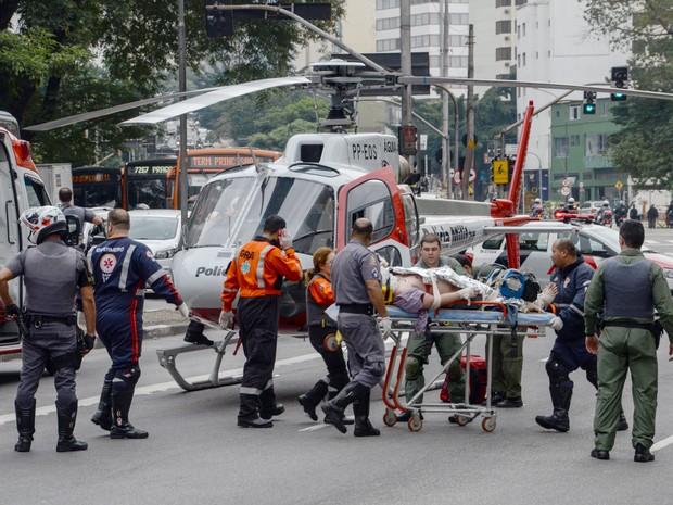 O helicóptero Águia, da Polícia Militar, pousa na rua da Consolação, no centro de São Paulo, para socorrer um homem de 40 anos que foi atropelado por um ônibus na Avenida São Luis, segundo informações do Corpo de Bombeiros (Foto: J. Duran Machfee/Estadão Conteúdo)