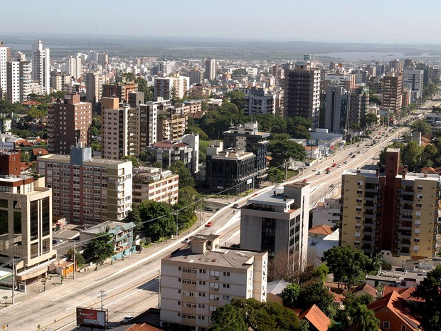 Avenida Carlos Gomes, uma das mais movimentadas de Porto Alegre, perde ritmo intenso de trânsito no verão (Foto: João Fiorin/PMPA)