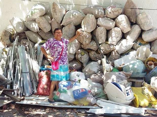 Isabel reuniu mais de 300kg de latas para ajudar manutenção do filho na Europa (Foto: Isabel Cristina/Acervo Pessoal)