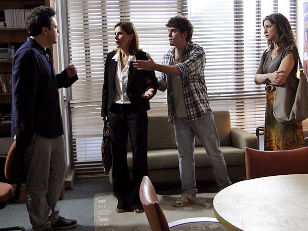 Gabriel pede para Carmem sair, mas ela fica enfurecida (Foto: Malhação / TV Globo)