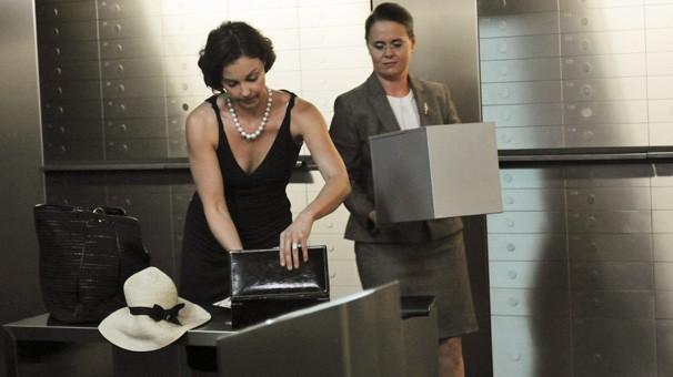 Becca descobre caixa de segurança de Paul em Praga (Foto: Divulgação / Disney)