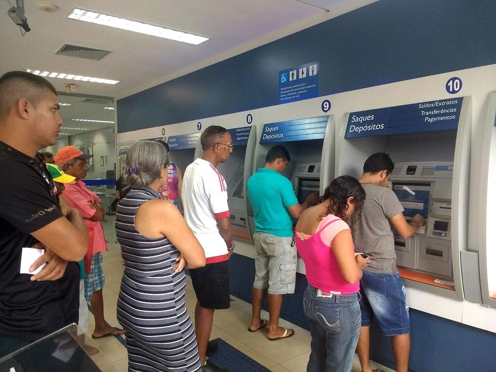 Saques das contas inativas de nascidos no mês de dezembro foram liberados neste sábado (8) (Foto: Fabiana Figueiredo/G1)