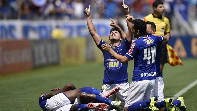 Willian comemora gol na partida contra o Figueirense (Foto: Douglas Magno)