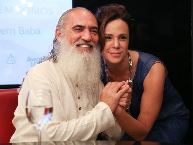 Sri Prem Baba e Vanesa Gerbelli em lançamento de livro na Zona Sul do Rio (Foto: Roberto Filho/ Brazil News)