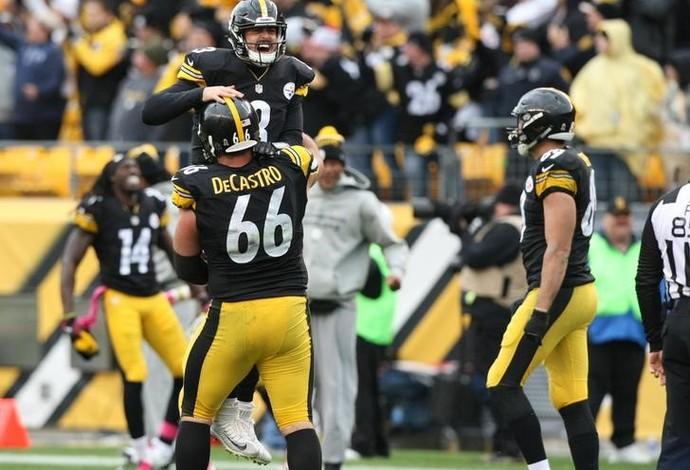 Landry Jones é carregado por David DeCastro depois de se tornar herói dos Steelers (Foto: Reuters)