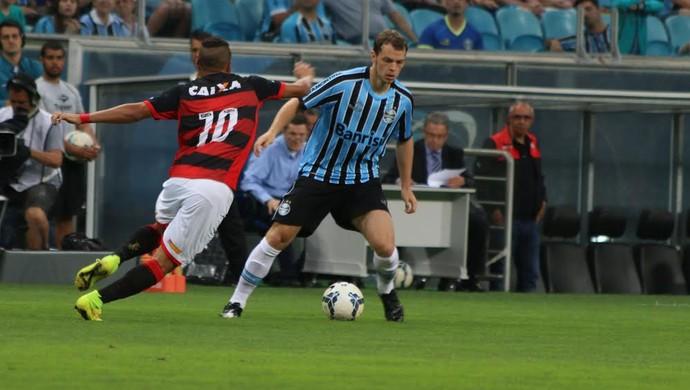Lucas Coelho domina bola diante da marcação do Vitória (Foto: Diego Guichard / GloboEsporte.com)