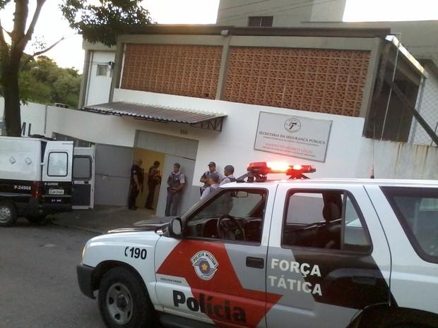 Transferência de presos de São Roque para Capela do Alto - parada no IML Sorocaba (Foto: Tássia Sena/TV TEM)