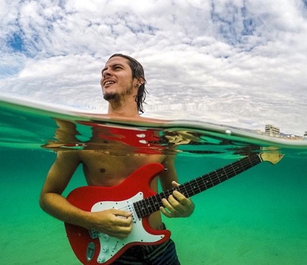 Bruno e guitarra (Foto: Bruno Bezerra/Arquivo Pessoal)