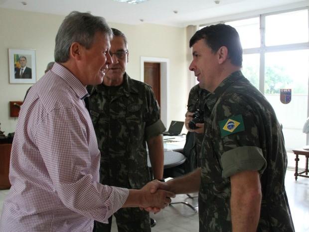 Artur Neto e integrantes do Exército fecham parceria em Manaus (Foto: Arlesson Sicsú/Semcom)